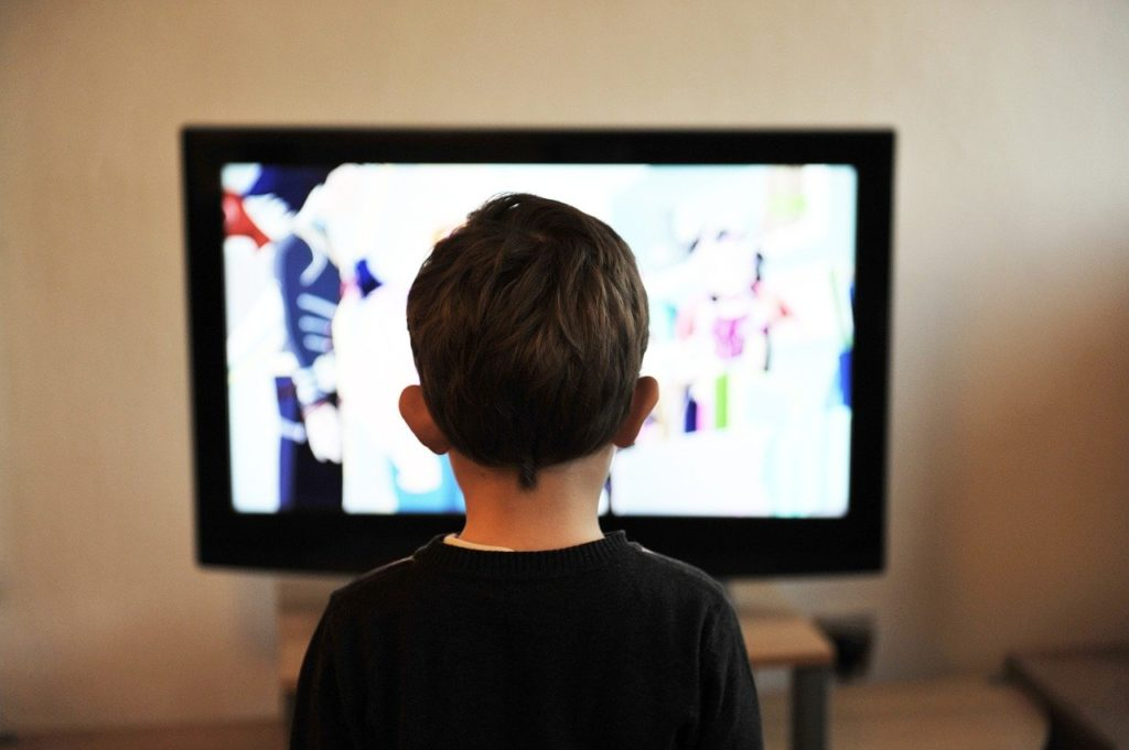 テレビを観る子ども