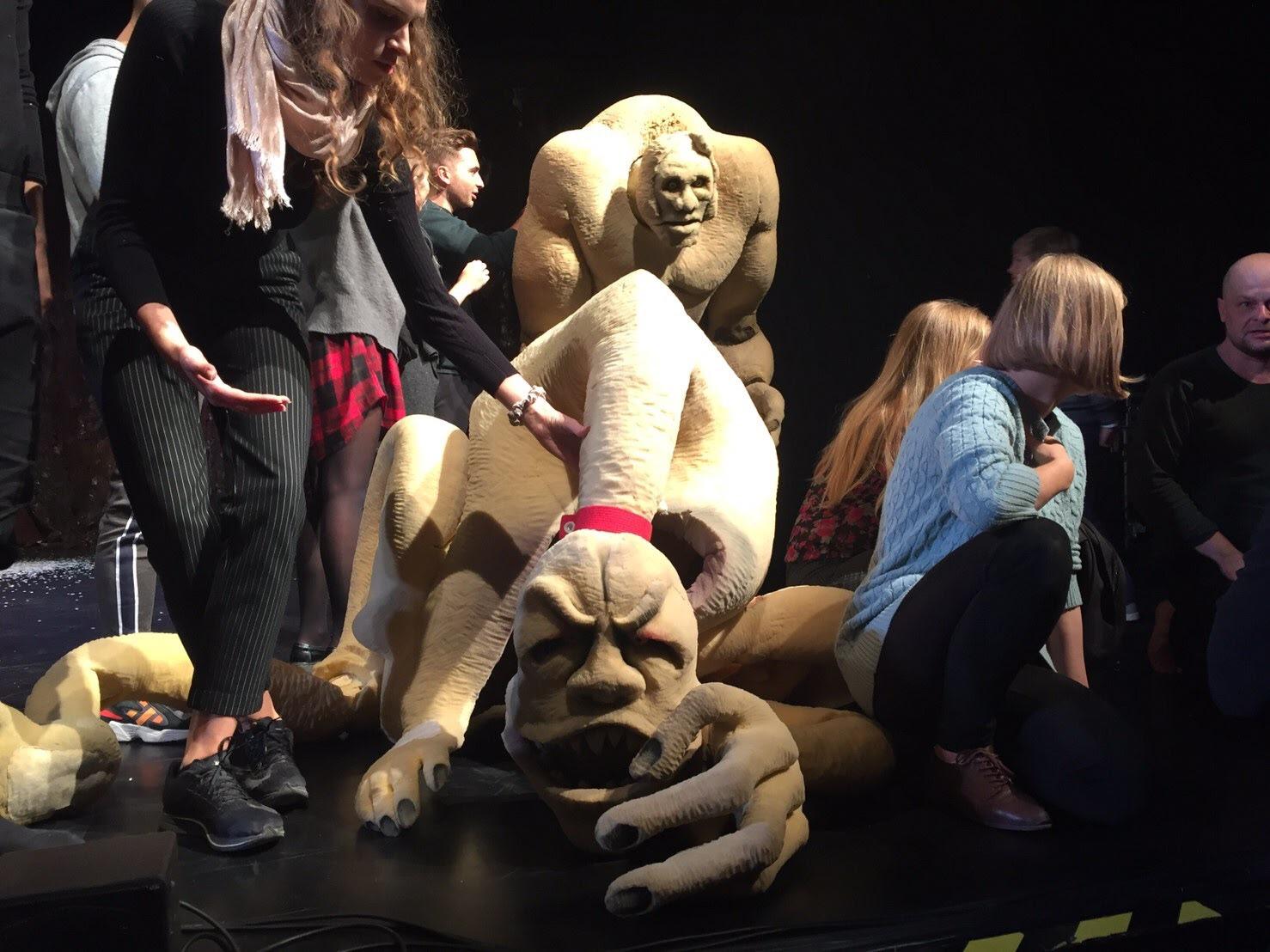 終演後には観客にもパペットを触らせてくれるので、おとなも大興奮!