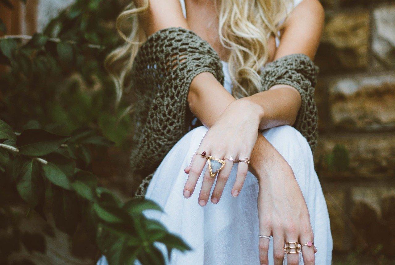 女性 ケーブルニット 指輪