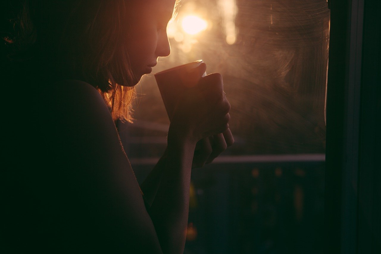 女性 マグカップ 朝日
