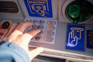 ATMの手数料はムダ!