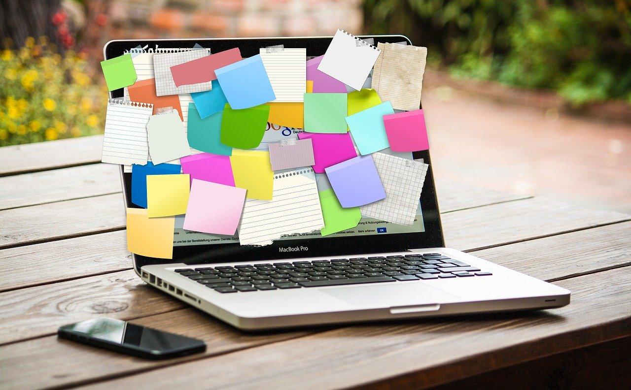付箋だらけのノートパソコン