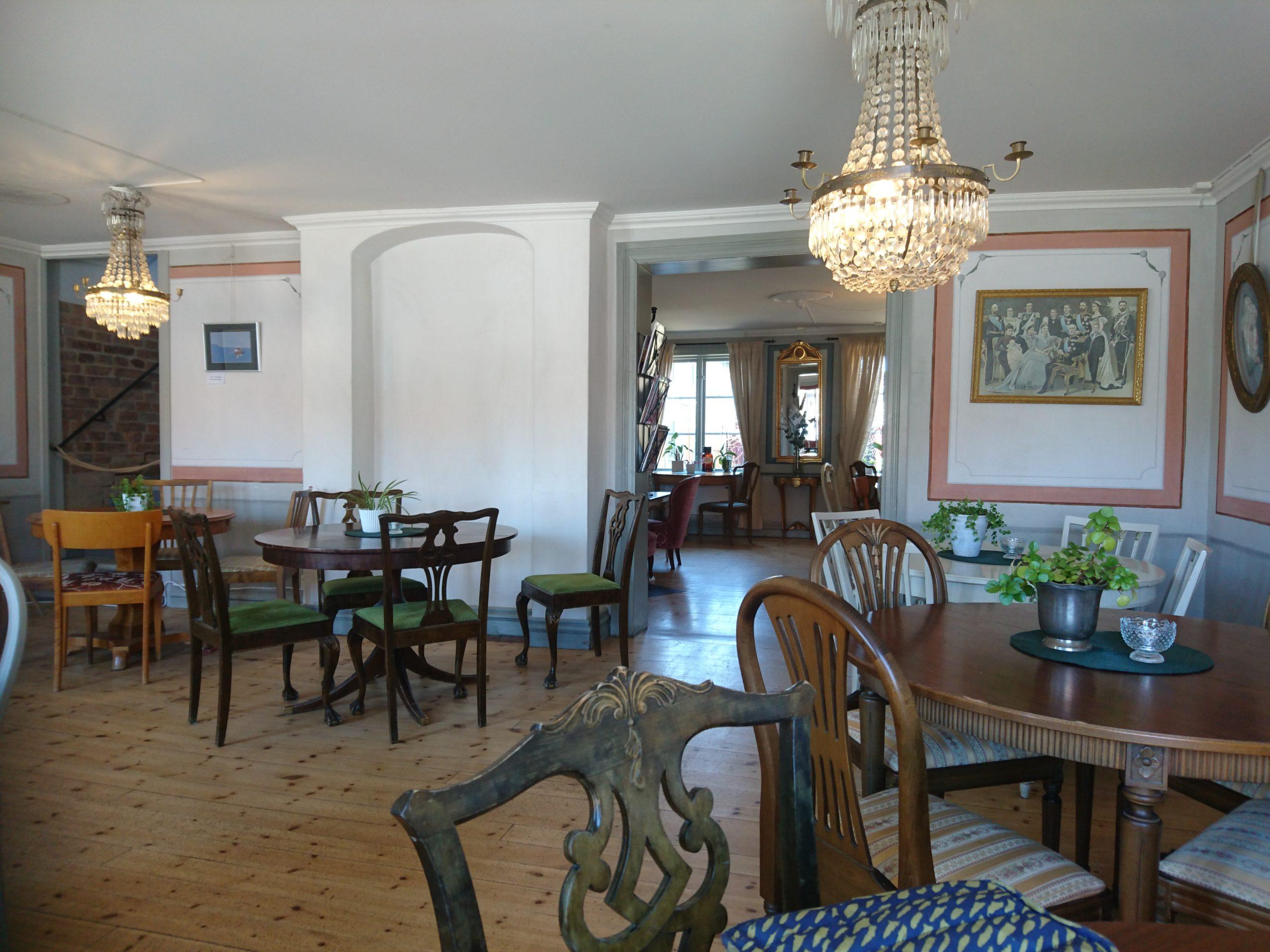 湖畔のある街の古いカフェ