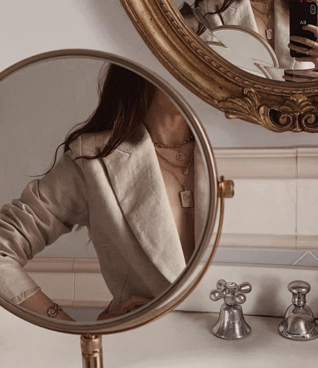 ⑤鏡に映る女性